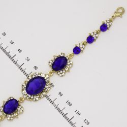 Браслет№862 оптом с синими стразами в обрамлении мелких белых кристаллов на металле под золото