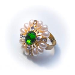 Кольцо желтый металл с жемчужинами и зеленым камнем №48