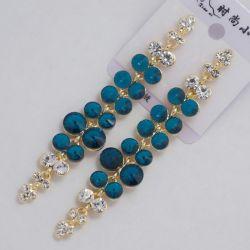 Серьги№1584 синие камни висюльками в сочетании с белыми страза на металле под золото оптом
