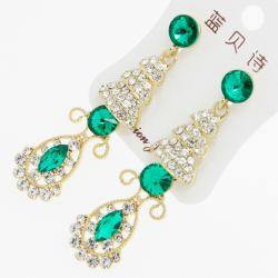 Серьги№1940 висюльки с зелеными стразами и белыми цирконами на металле под золото
