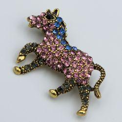 Брошь №687 оптом лошадь в стразах разного цвета.