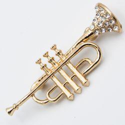 Брошь №712 оптом в форме музыкальной трубы со стразами.