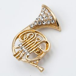 Брошь №713 оптом в форме музыкальной трубы со стразами.