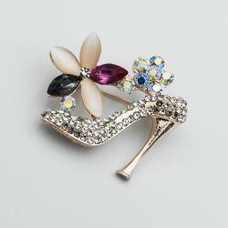 Брошь№66 в виде туфельки с цветочками в интернет магазине оптом.