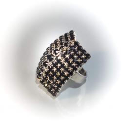 Кольцо белый металл с черными стразами № 104
