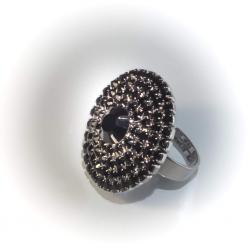 Кольцо белый металл с черными стразами № 105