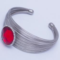 Браслет №494 с красным камнем округлой формы на металле под серебро