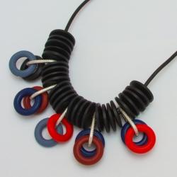 Подвеска№1124 черные кольца с серой и красной висюлькой из колец на черном шнурке под кожу