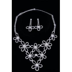 Колье№270 цветы с камнями и белыми стразами на металле под серебро.