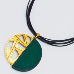 Подвеска№1479 кулон зеленый с золотым орнаментом на черном шнурке