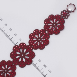 Браслет№808 красные бархатные цветы в красных стразах